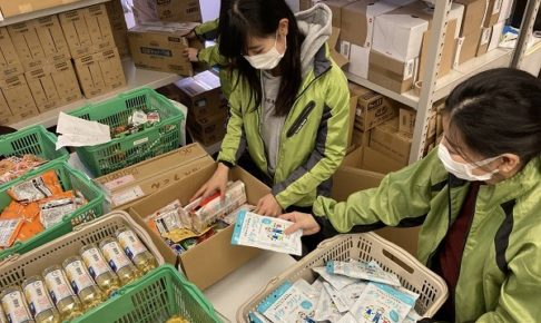 食料を梱包するGood Neighbors Japanのメンバー