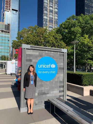 JPOとして勤務していたUNICEFのNY本部ではじめて担当した国連総会での一コマ。プラスチックの廃材を使って作った教室を、世界中から訪れた政府関係者にみてもらえるよう案内をしているところ。